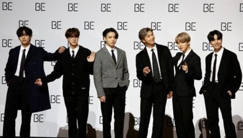 """Los miembros de la banda K-pop BTS posan para fotografías durante una conferencia de prensa promocionando su nuevo álbum """"BE (Deluxe Edition)"""" en Seúl, Corea del Sur, 20 noviembre 2020 Foto: REUTERS/Heo Ran"""