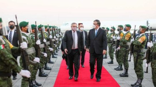 Alberto Fernández llegó a México y fue recibido por el ministro de Relaciones Exteriores de ese país, Marcelo Ebrard, y por el embajador argentino, Carlos Tomada (Foto: Presidencia)
