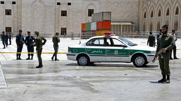 Oficiales de la policía controlan las cercanías del mausoleo del Ayatollah Khomeini (AP Photo/Ebrahim Noroozi)