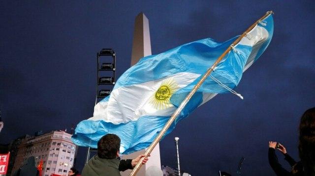 Una bandera argentina flamea al pie del Obelisco porteños, durante un cacerolazo en 2018 (Reuters)