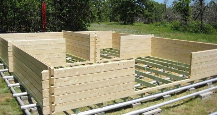 Agregar una base de grava o concreto puede ayudar a que la casa tenga una base estable