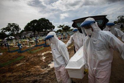 Trabajadores entierran a una persona fallecida por covid-19, en el cementerio público Nossa Senhora Aparecida en Manaos, Amazonas (Brasil). EFE/Raphael Alves/Archivo