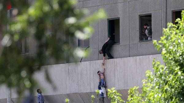 Uno de los dramáticos momentos durante el ataque al Parlamento en Teherán (AP)