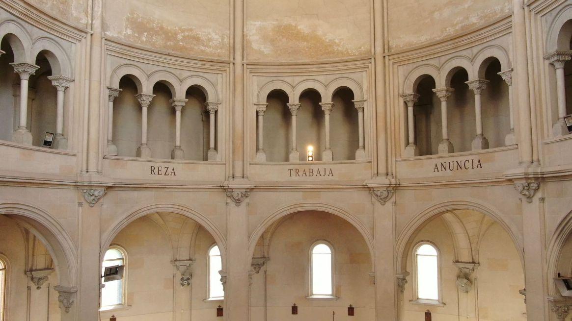 """""""Reza, Trabaja y Anuncia"""",se encargó de promulgar San Benito por el mundo, mensaje tallado en la ábside."""
