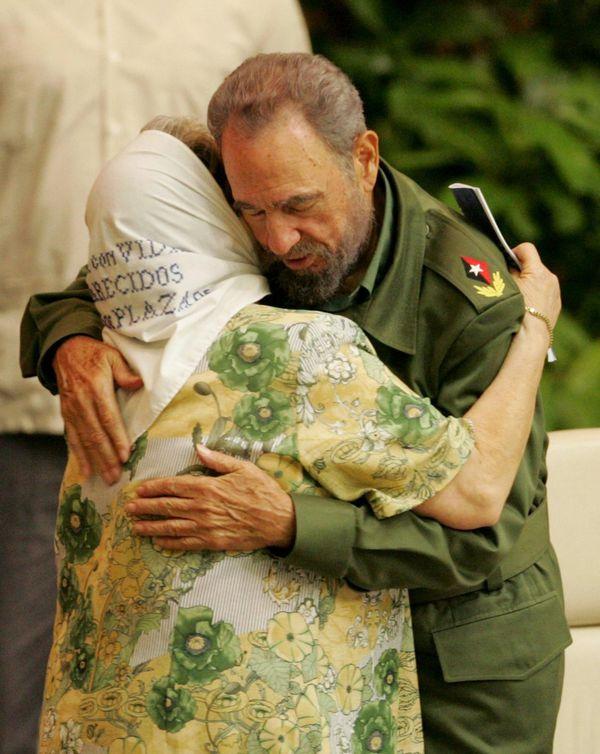 El gesto hipócrita de Fidel Castro, consolando a los deudos de las víctimas de una dictadura de la cual fue aliado