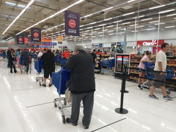 Los supermercados estarán abiertos pero limitarán la distancia entre sus clientes