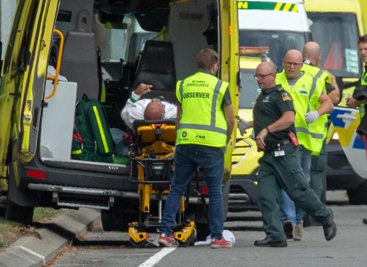 Un herido es cargado en un ambulancia tras el ataque (REUTERS/SNPA/Martin Hunter)