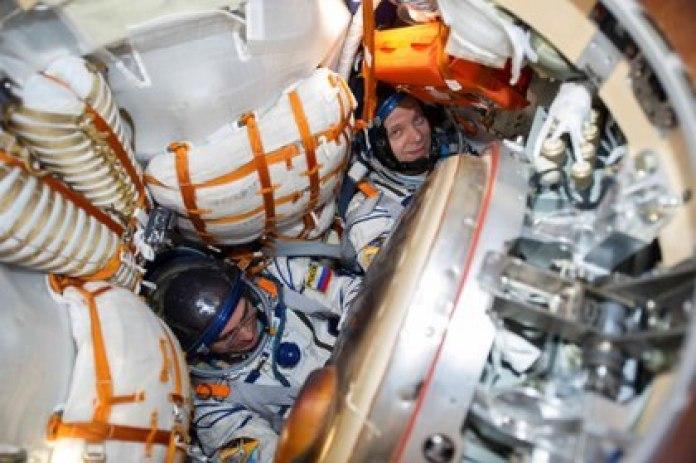 Los miembros de la tripulación de la Estación Espacial Internacional (ISS) Anatoly Ivanishin e Ivan Vagner de la agencia espacial rusa Roscosmos son vistos dentro de la cápsula espacial Soyuz MS-16 después de aterrizar en Kazajistán, el 22 de octubre de 2020.  GCTC/Agencia Espacial Rusa Roscosmos/Handout vía REUTERS