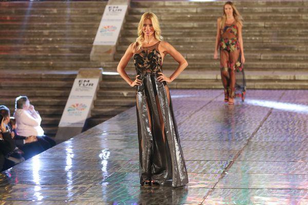 Nicole Neumann con un diseño de Pia Carregal