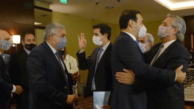 Fernández y De Pedro saludan a Valdés y Morales, gobernadores de JxC