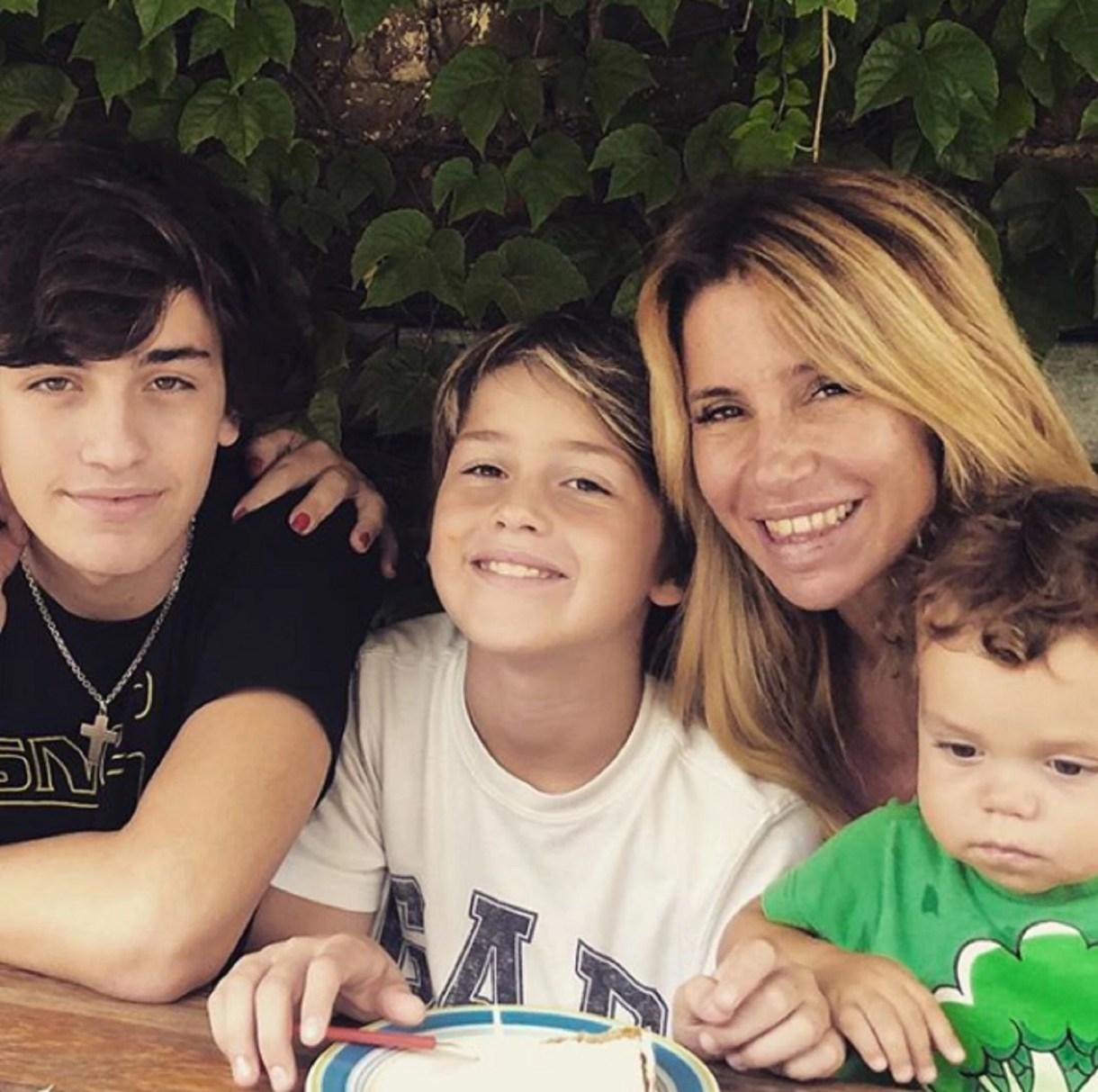 Flor Peña y sus tres hijos (de izquierda a derecha: Toto, Juan y Felipe)