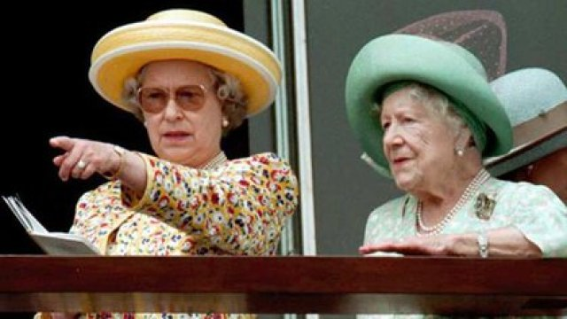 Isabel II con su madre, la reina madre, en el Hipódromo de Epsom, al sur de Londres, antes de la carrera del Derby, 8 de junio de 1996