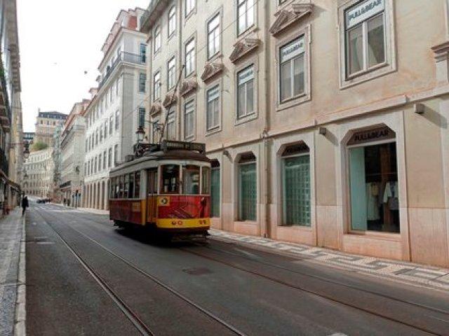 Un tranvía circula por las calles vacías de Lisboa. EFE/Irene Barahona