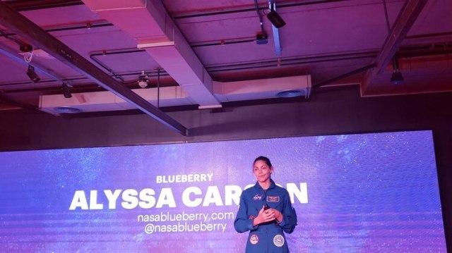 """Carson en Buenos Aires. La apodan """"blueberry"""" por el color de su """"mameluco"""" espacial (@theguapa)"""