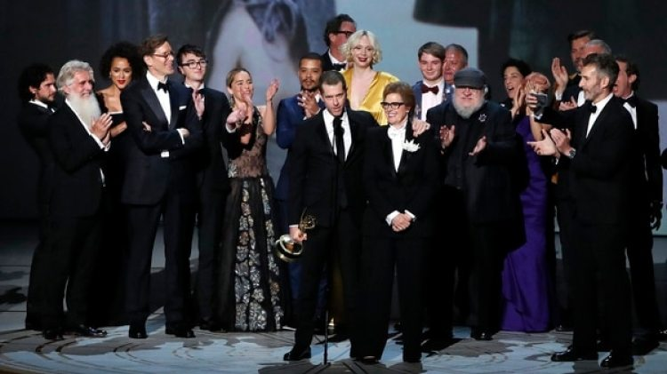 """El elenco de """"Game of Thrones"""" recibiendo el premio al mejor drama"""