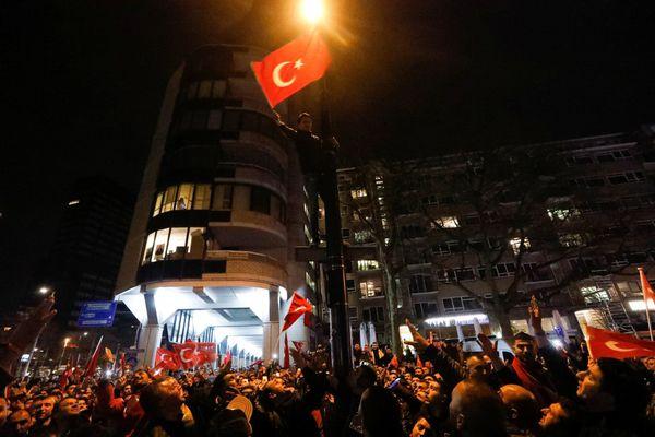 Manifestantesse congregaron en las afueras delconsulado de Turquía en Róterdam, Holanda. (REUTERS)