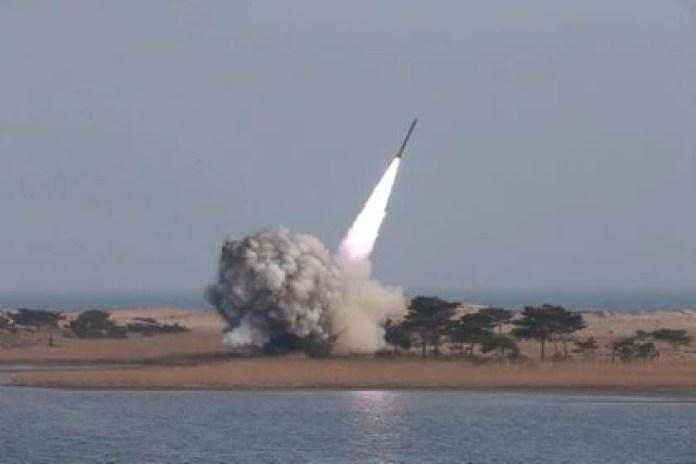 Fotografía facilitada por la agencia de noticias norcoreana KCNA que muestra las pruebas de lanzamiento de un sistema de lanzamisiles múltiple de largo calibre efectuado por Corea del Norte el pasado fin de semana. EFE/KCNA/Archivo