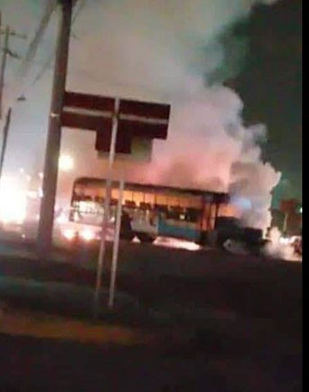 Un camión de pasajeros incendiándose (Foto: Archivo)