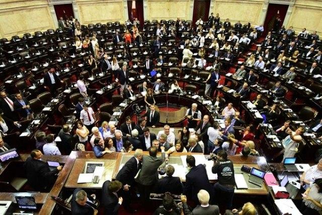 El oficialismo sentado y la oposición desparramada, una de las imágenes del jueves