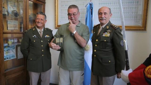 El jefe del Departamento de Veteranos de Guerra de Ejército, el coronel VGM Jorge Zanela (derecha) y su segundo, el teniente coronel VGM Martín Treglia, prendieron del pecho del veterano la medalla (Nicolas Tannchen)