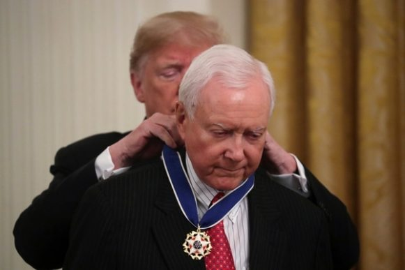 Donald Trump coloca la medalla al senador Orrin Hatch (Reuters)