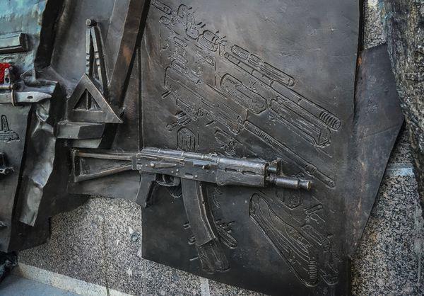 Detalle del grabado que muestra un fusil alemán Stg 44 desarmado en lugar de un AK-47 (AFP)