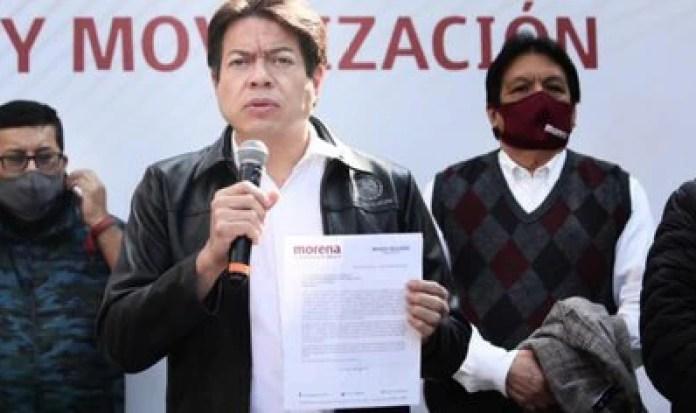 Delgado muestra la carta enviada al INE para poner  disposición los tiempos de radio y TV de Morena (Foto: Cortesía Morena)