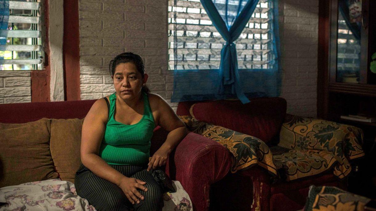 Rosa Ramírez, de 46 años, en su hogar en la zona de Altavista en el barrio salvadoreño de San Martín. Es la madre de Óscar Alberto Martínez Ramírez y abuela de Angie Valeria, quienes murieron en el río Bravo. (foto: Daniele Volpe para The New York Times)