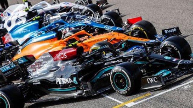 En primer plano el W12 de Mercedes. Nótese las cinco ondulaciones en el borde del piso detrás de las ruedas delanteras (Mercedes AMG).