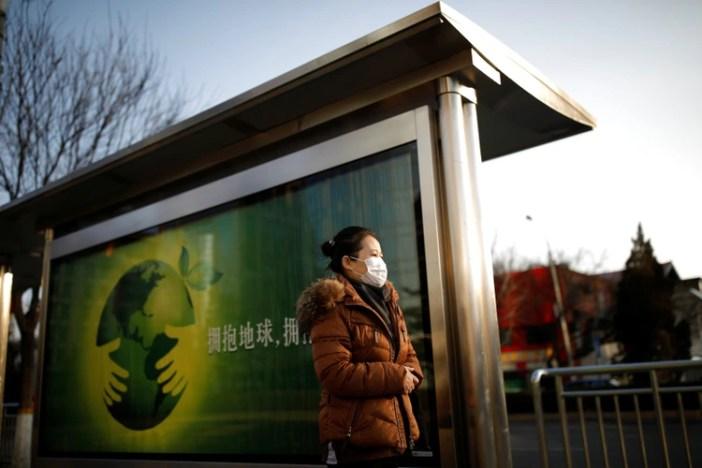 Desde hace semanas, en China se implementó el uso obligatorio de barbijos en la vía pública (REUTERS/Carlos Garcia Rawlins)