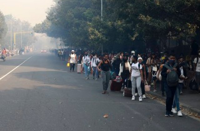 Estudiantes tras evacuar la universidad (AP Photo/Nardus Engelbrecht)