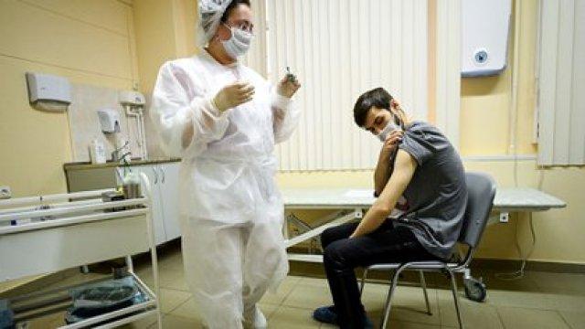 Una enfermera procede a inyectar a un joven con la vacuna Sputnik V en una clínica en Moscú. Los centros de vacunación están vacíos en Rusia por la desconfianza que despierta el desarrollo entre su población (AFP)