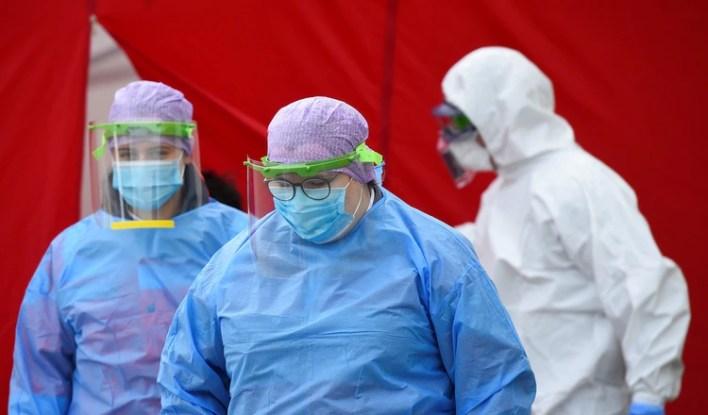 Trabajadores médicos en un centro de pruebas especial de coronavirus para servidores públicos de Dresden como policías, enfermeras y bomberos, el 15 de abril de 2020. (REUTERS/Matthias Rietschel)