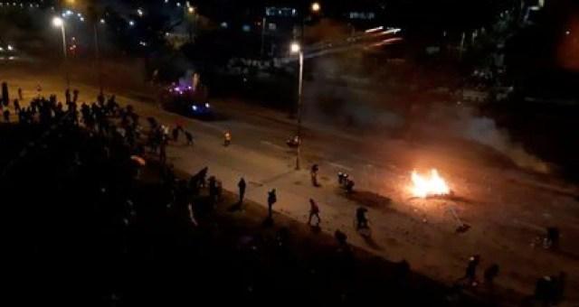 Manifestantes protestan contra la pobreza y la violencia de la policía, en Bogotá, el martes. Imagen tomada de un video subido a redes sociales. Iván Manuel Arango Paez /vía REUTERS