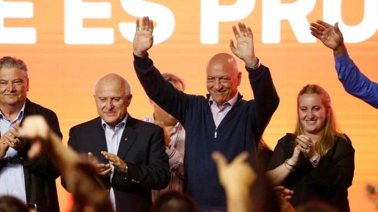 El socialista Bonfatti, el candidato más votado, festejando ayer tras el anuncio de los resultados