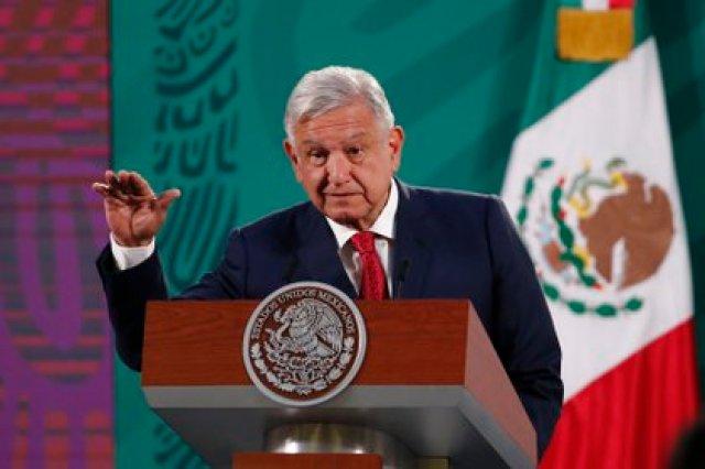 El presidente de México, Andrés Manuel López Obrador, habla durante una conferencia de prensa en el Palacio Nacional de Ciudad de México (México). EFE/ José Méndez /Archivo