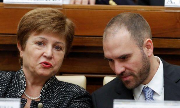 La directora gerente del FMI, Kristalina Georgieva, y el ministro de Economía de Argentina, Martín Guzmán, asisten a una conferencia, en Ciudad del Vaticano.