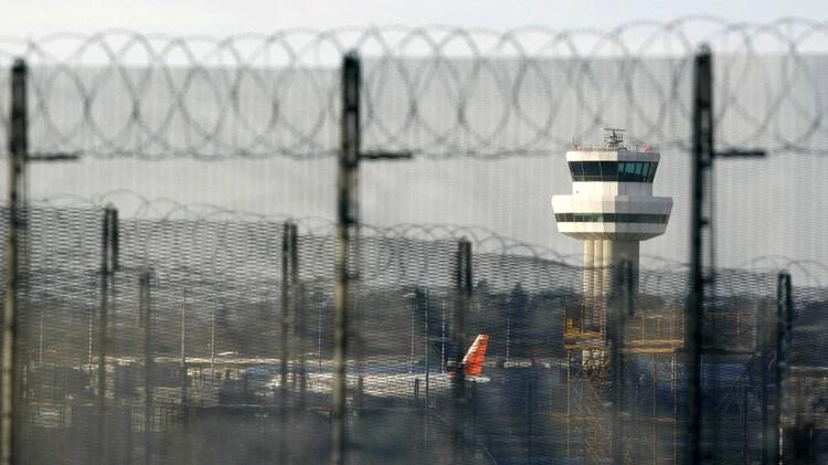 Una foto de archivo tomada el 19 de noviembre de 2008, muestra la torre de control del aeropuerto de Gatwick en Sussex, cerca de Londres (AFP)