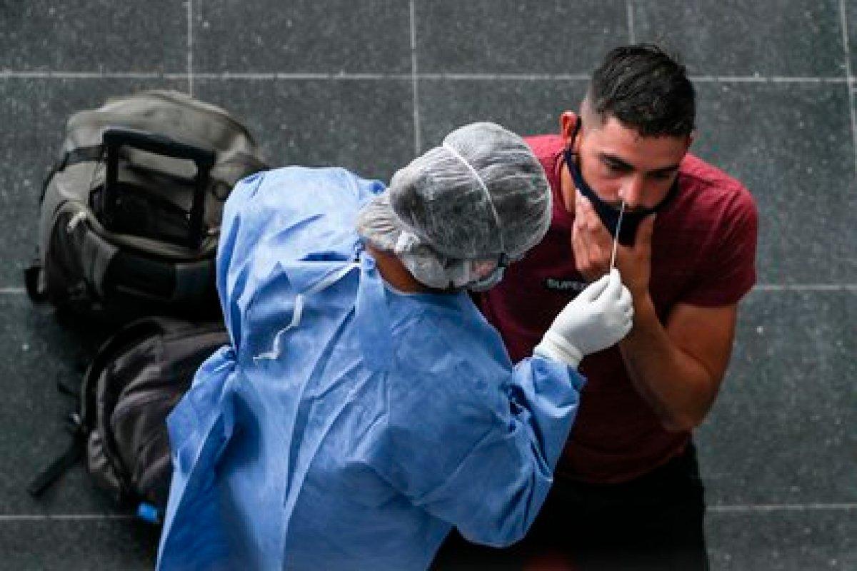 El gobierno nacional lanzó un paquete de medidas para enfrentar la segunda ola de coronavirus  (EFE/ Juan Ignacio Roncoroni/Archivo)