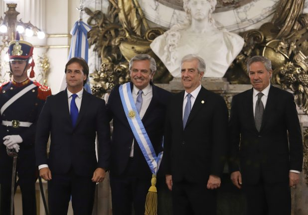Alberto Fernandez recibió en la asunción de su mandato a presidente  Tabare Vazquez que responde al Frente Amplio por los lazos históricos que unen a ambos partidos (REUTERS/Matias Baglietto)