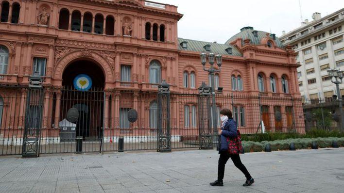FOTO DE ARCHIVO. Una mujer usando una mascarilla por el coronavirus (COVID-19) camina frente al palacio presidencial de la Casa Rosada, en Buenos Aires, Argentina