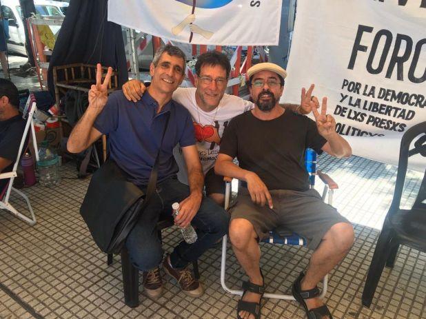 Roberto Baratta, el cura Paco Oliveira y Fernando Esteche durante la huelga de hambre en Tribunales.