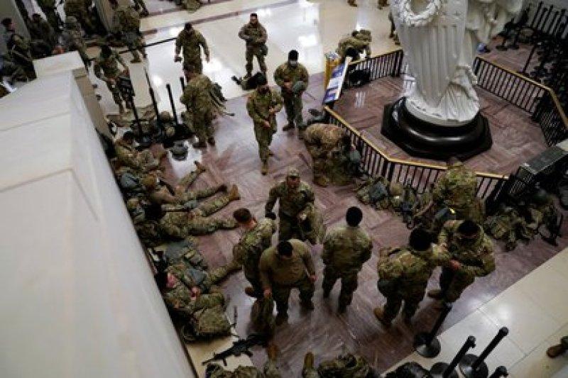 Esta vez, el gobierno federal envió a la Guardia Federal al Capitolio para evitar cualquier intento de ataque contra el edificio por parte de fuerzas partidarias a Donald Trump (REUTERS/Joshua Roberts)
