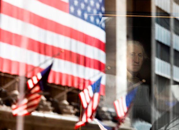 Un retrato del presidente George Washington en Federal Hall con un reflejo de la Bolsa de Valores de Nueva York en Wall Street, Nueva York, EE.UU., este 4 de noviembre de 2020. EFE/EPA/JUSTIN LANE