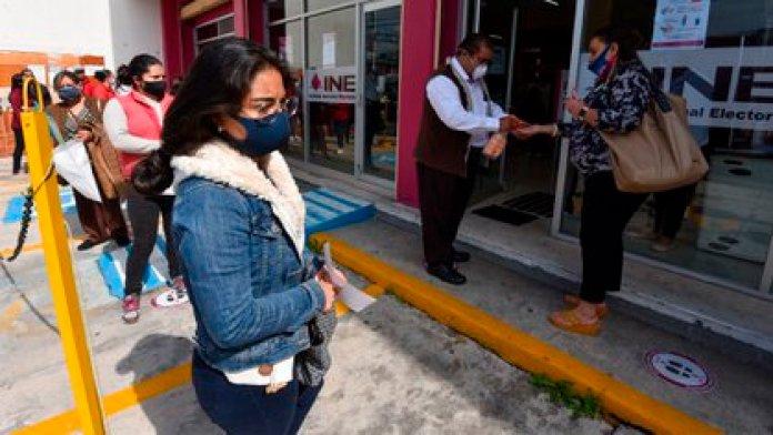 Los ciudadanos que acudan a los módulos de atención deberán portar cubrebocas y permitir la que se les tome la temperatura (Foto: Cuartoscuro)
