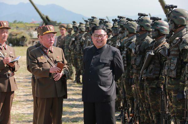 El dictador Kim Jong-un pasa revista a sus tropas especiales. Son 100.000 en un ejército de 1,2 millones de soldados (AFP)