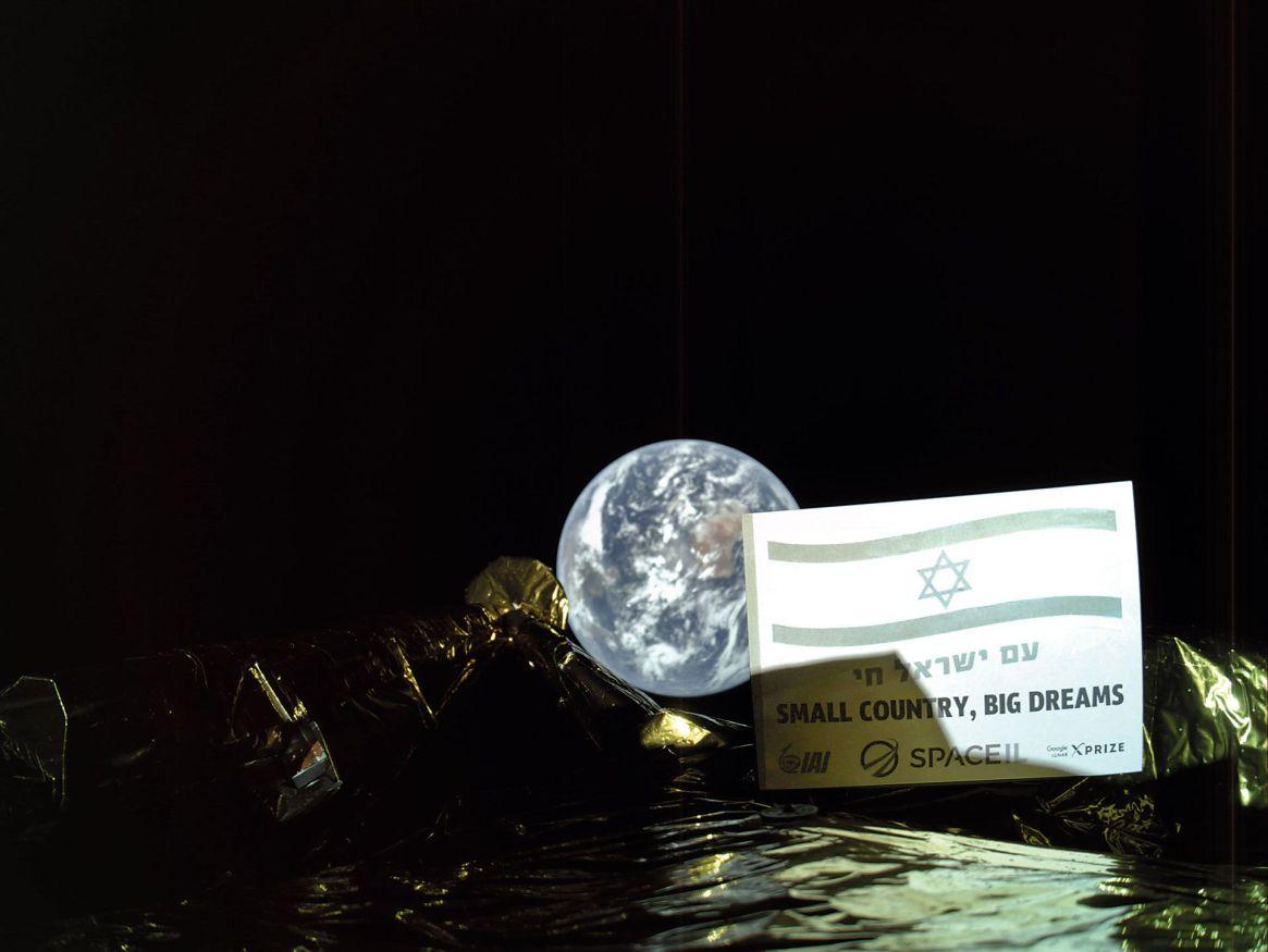 Rumbo a la Luna, alejándose de la Tierra.