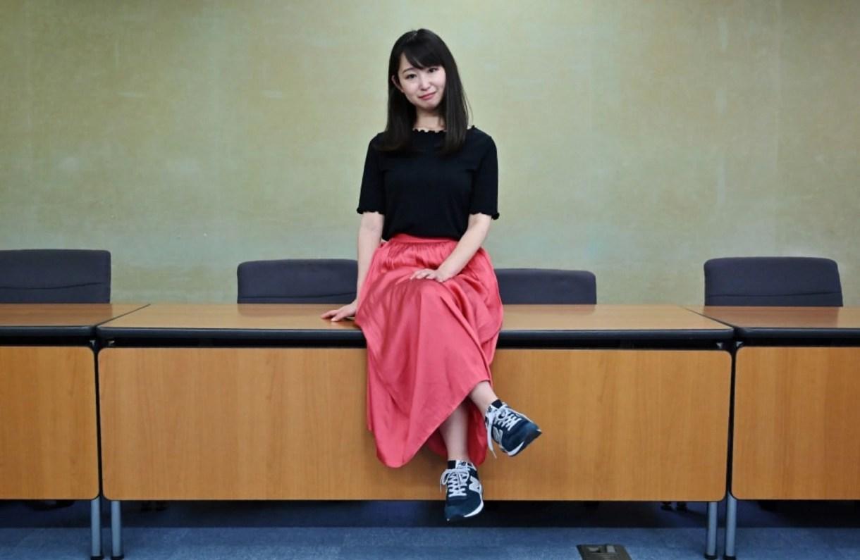 La artista Yumi Ishikawa tiene un trabajo de medio tiempo donde le exigen usar tacos. Asegura que es la parte más difícil de su profesión.