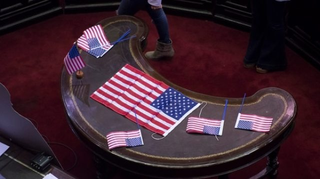 Las banderas de Estados Unidos que colocó la oposición