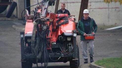 Equipos de emergencia trabajan en las cercanías de la entrada a la mina de Teutschenthal (Reuters / Marvin Gaul)